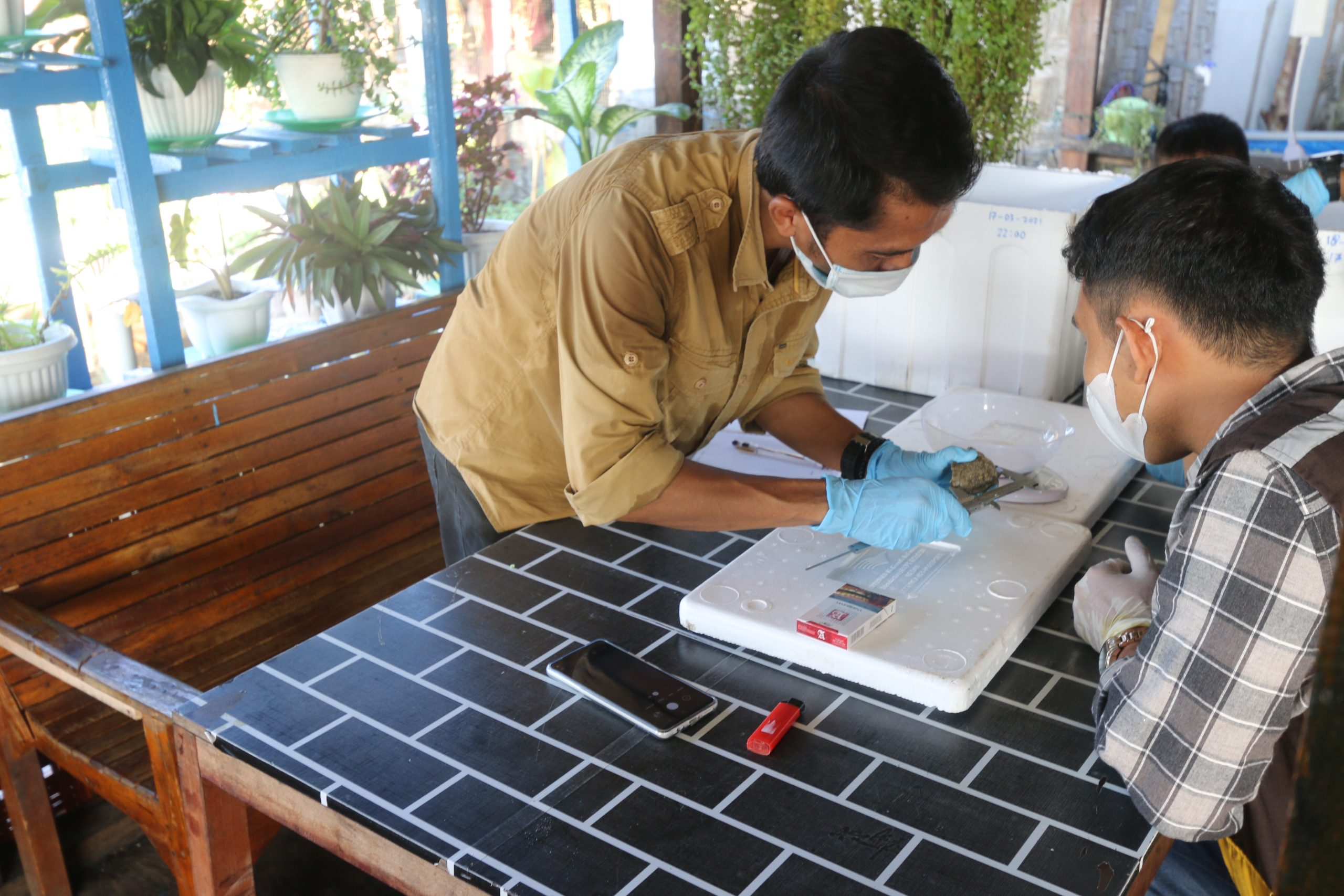 Measuring the size and weight of hatchling © Satucita Foundation